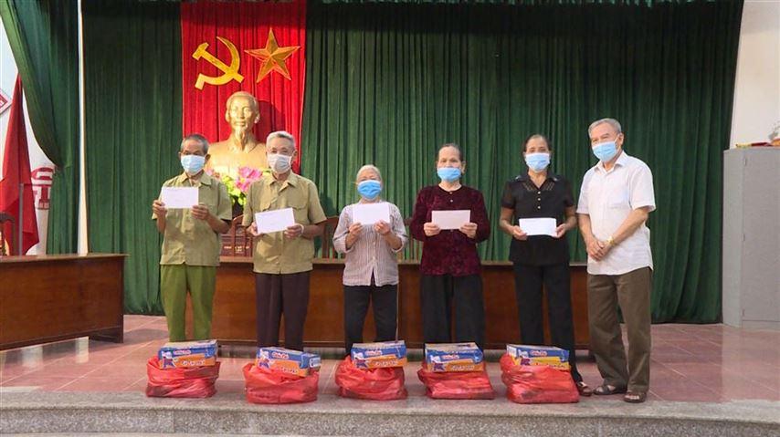 25 suất quà của Ủy ban MTTQ Việt Nam Thành phố trao tặng cho hội viên Người cao tuổi trên địa bàn huyện Ứng Hòa