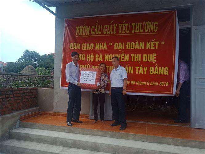 Ủy ban MTTQ Việt Nam huyện Ba Vì phối hợp trao tiền hỗ trợ làm nhà cho hộ nghèo