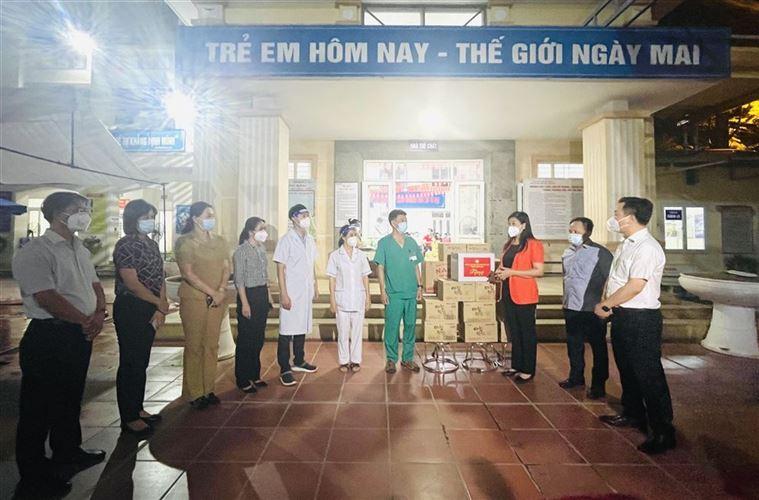 Chủ tịch Ủy ban MTTQ Việt Nam Thành phố, Nguyễn Lan Hương hỗ trợ nhu yếu phẩm phòng, chống dịch Covid-19 tại Quận Hai Bà Trưng