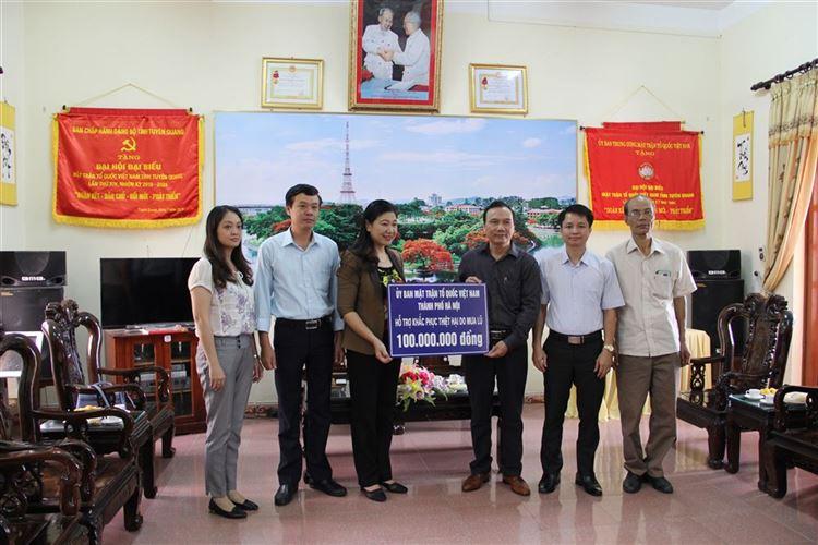 Chủ tịch Ủy ban MTTQ Việt Nam TP Hà Nội Nguyễn Lan Hương trao hỗ trợ tỉnh Tuyên Quang 100 triệu đồng khắc phục mưa lũ