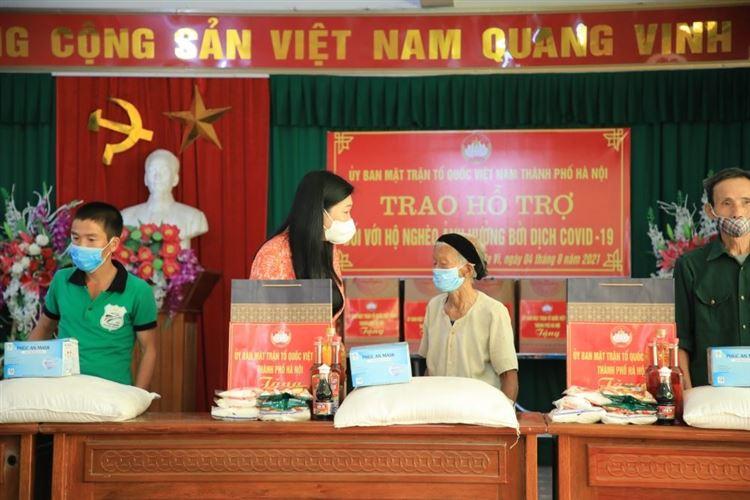 Chủ tịch Ủy ban Mặt trận Tổ quốc Thành phố Nguyễn Lan Hương trao hỗ trợ tới 24 hộ nghèo huyện Ba Vì