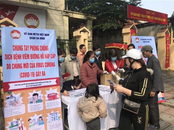 Ủy ban MTTQ Việt Nam quận Ba Đình phát khẩu trang, nước sát khuẩn và xà phòng miễn phí cho người dân
