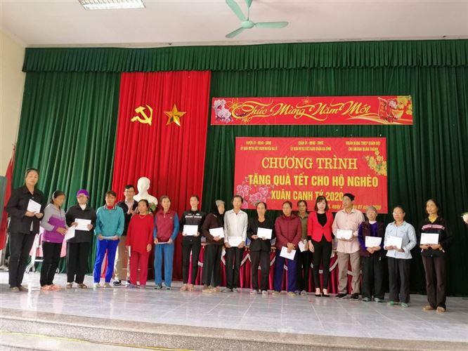 Ủy ban MTTQ Việt Nam quận Ba Đình tặng 71 suất quà tại xã Tản Hồng, huyện Ba Vì
