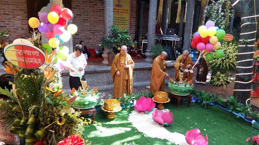 Tặng 20 suất quà cho học sinh có hoàn cảnh khó khăn nhân Đại lễ Phật đản 2019