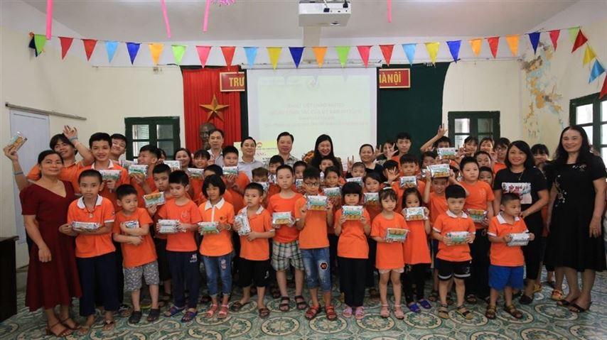 Chủ tịch Ủy ban MTTQ Việt Nam TP Nguyễn Lan Hương thăm, tặng quà Trường PTCS dân lập dạy trẻ câm điếc Hà Nội