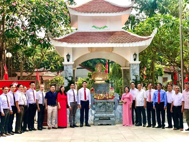 Tây Hồ tổ chức Lễ dâng hương nhân dịp Kỷ niệm 130 năm ngày sinh của Chủ tịch Hồ Chí Minh