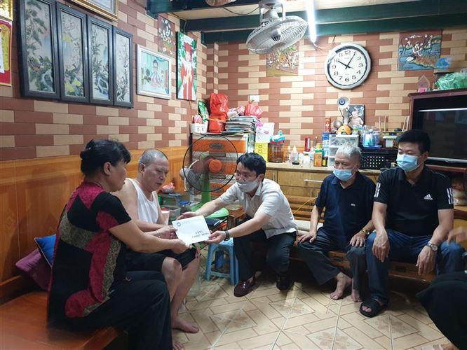 Ban Thường trực Ủy ban MTTQ  Việt Nam quận Đống Đa hỗ trợ đột xuất gia đình giáo dân khó khăn phường Quang Trung