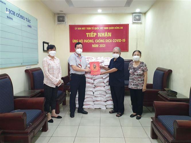 Ủy ban MTTQ Việt Nam quận Đống Đa tặng quà hỗ trợ hộ Công giáo khó khăn bị ảnh hưởng bởi dịch Covid-19