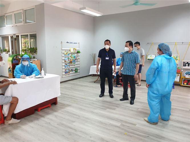 Chủ tịch Ủy ban MTTQ Việt Nam quận Đống Đa kiểm tra, giám sát công tác tổ chức tiêm vắc-xin trên địa bàn phường Láng Thượng và Ngã Tư Sở