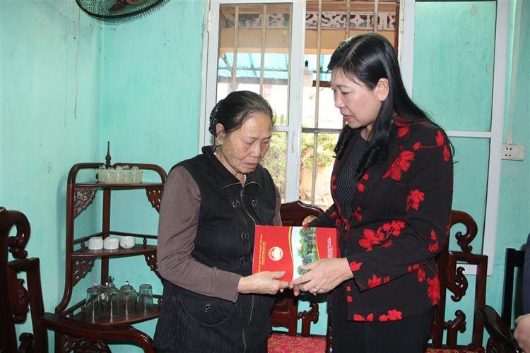 Chủ tịch Ủy ban MTTQ Việt Nam thành phố Nguyễn Lan Hương thăm hỏi, động viên ba gia đình liệt sỹ hy sinh tại xã Đồng Tâm