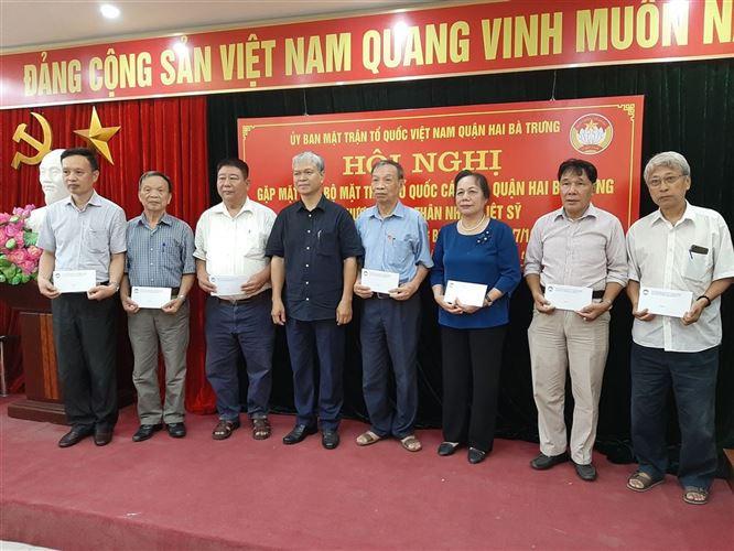 Quận Hai Bà Trưng tổ chức gặp mặt tri ân tặng quà các cán bộ Mặt trận là Thương binh, Thân nhân Liệt sỹ nhân kỷ niệm 73 năm ngày Thương binh - Liệt sỹ