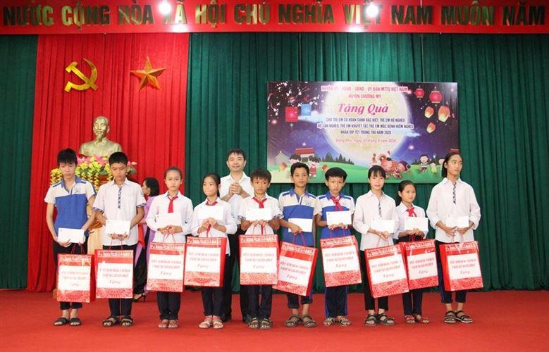 Ủy ban MTTQ Việt Nam huyện Chương Mỹ thăm, tặng quà cho các cháu thiếu nhi nhân dịp Tết Trung thu năm 2020