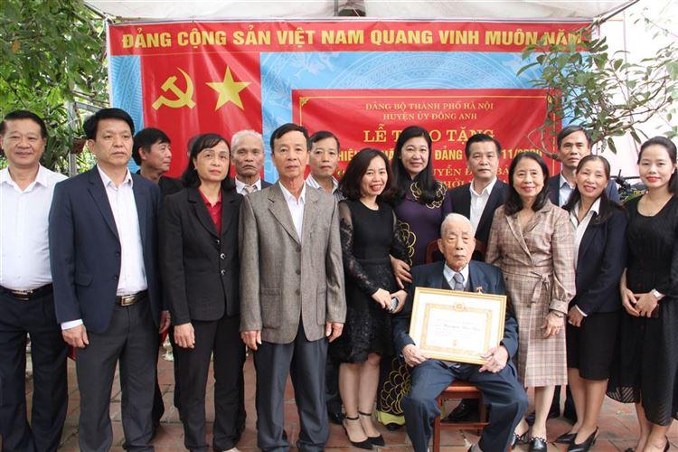 Trao tặng Huy hiệu Đảng cho Đảng viên 75 năm tuổi Đảng