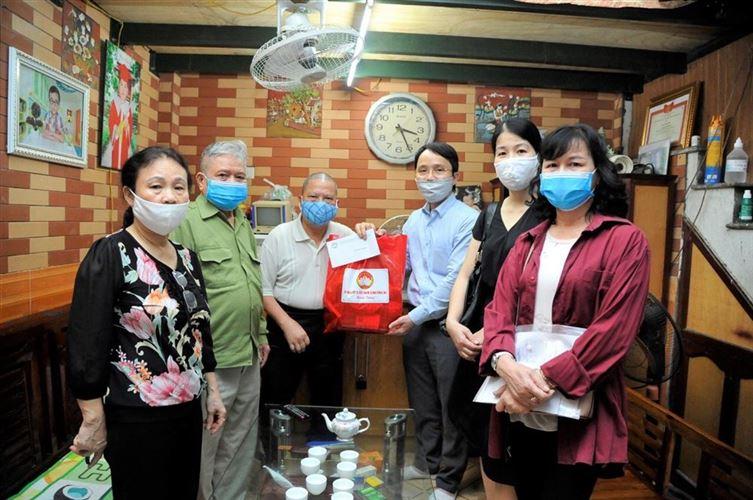 Ủy ban MTTQ Việt Nam quận Đống Đa thăm, tặng quà hỗ trợ hộ Công giáo khó khăn bị ảnh hưởng bởi dịch Covid-19