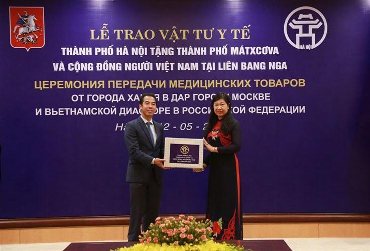 Hà Nội trao tặng vật tư y tế phòng, chống dịch bệnh Covid-19 cho thành phố Mátxcơva