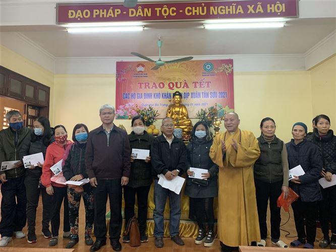 Ủy ban MTTQ Việt Nam quận Hai Bà Trưng vận động và phối hợp chùa Liên Phái tặng quà Tết xuân Tân sửu