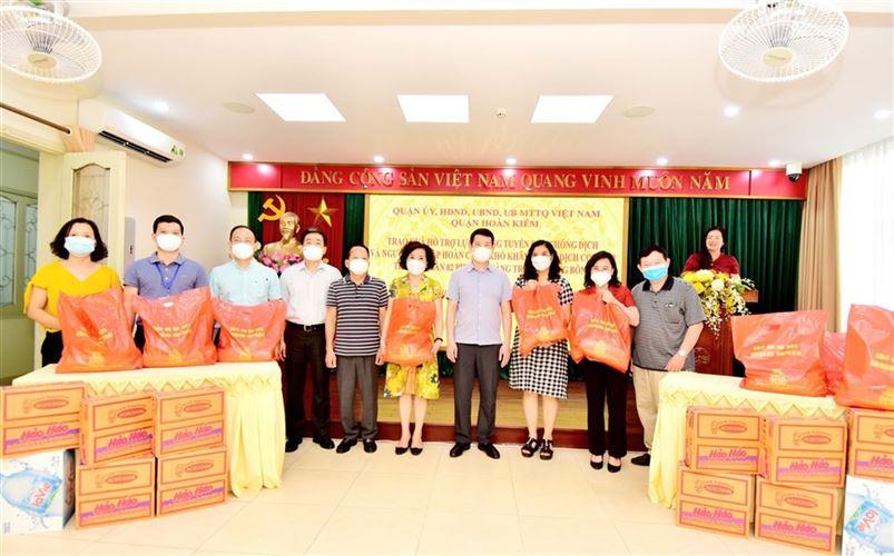 Quận Hoàn Kiếm trao quà hỗ trợ tới lực lượng tuyến đầu và người dân khu cách ly y tế liên quan chùm ca bệnh Covid-19 bệnh viện Việt Đức
