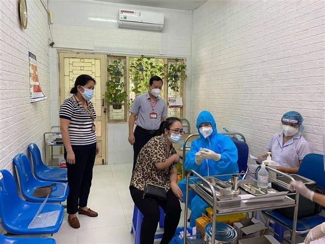 Chủ tịch Ủy ban MTTQ Việt Nam quận Đống Đa kiểm tra công tác tiêm vắc-xin phòng Covid-19 tại điểm tiêm Bệnh viện Giao thông vận tải.
