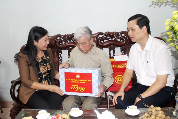 Chủ tịch Ủy ban MTTQ Việt Nam Thành phố Hà Nội thăm, tặng quà gia đình chính sách tiêu biểu huyện Thanh Trì