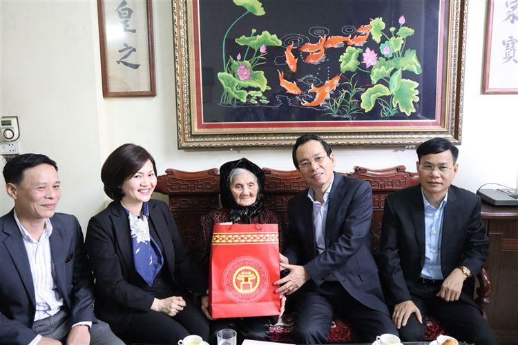 UVTV Thành ủy, Chủ tịch Ủy ban MTTQ Việt Nam TP Hà Nội thăm, tặng quà Tết tại quận Long Biên và huyện Đan Phượng