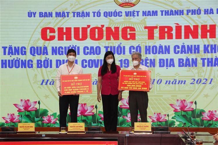Ủy ban MTTQ Việt Nam Thành phố tặng quà cho 600 người cao tuổi Thủ đô có hoàn cảnh khó khăn do ảnh hưởng dịch Covid-19.