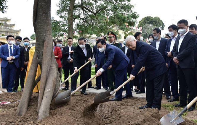 Tổng Bí thư, Chủ tịch nước Nguyễn Phú Trọng dâng hương và trồng cây đầu xuân tại Hoàng thành Thăng Long