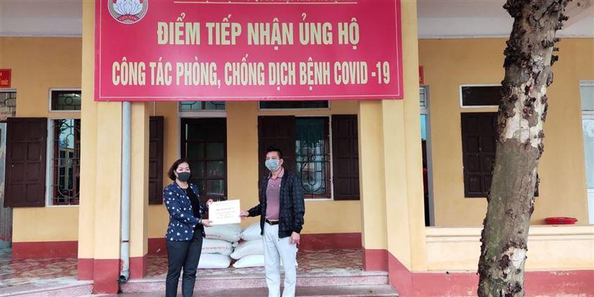 Ủy ban MTTQ Việt Nam huyện Ba Vì thăm tặng quà tại các tuyến đầu chống dịch của huyện.