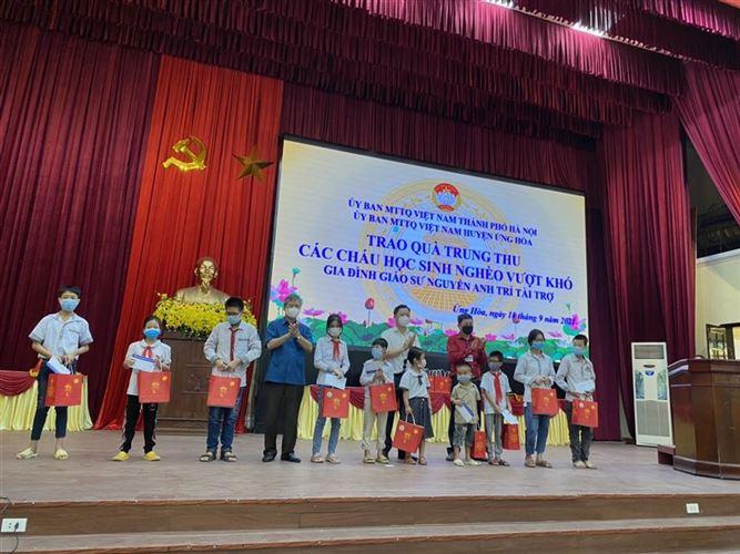Ủy ban MTTQ Việt Nam Thành phố và gia đình Giáo sư, Nguyễn Anh Trí thăm, tặng quà người dân huyện Ứng Hòa trong khu vực cách ly và các cháu khuyết tật dịp Trung Thu