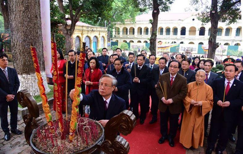 Lãnh đạo Trung ương và thành phố Hà Nội dâng hương tại Hoàng thành Thăng Long