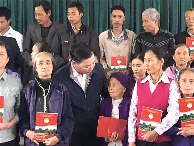 Tặng quà hộ gia đình nghèo giáo xứ Bái Xuyên nhân dịp Lễ Giáng sinh 2019.