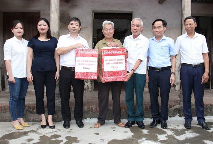 Lãnh đạo Ủy ban MTTQ Việt Nam huyện Chương Mỹ thăm, tặng quà gia đình chính sách tại xã Văn Võ