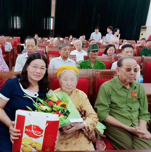 Ủy ban MTTQ Việt Nam huyện Thanh Trì tặng quà Mẹ Việt Nam Anh hùng và thương binh, bệnh binh
