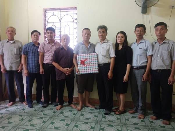 Trao tặng 35 triệu đồng hỗ trợ kinh phí sửa nhà cho gia đình ông Nguyễn Khánh Đức xã Sơn Đồng huyện Hoài Đức