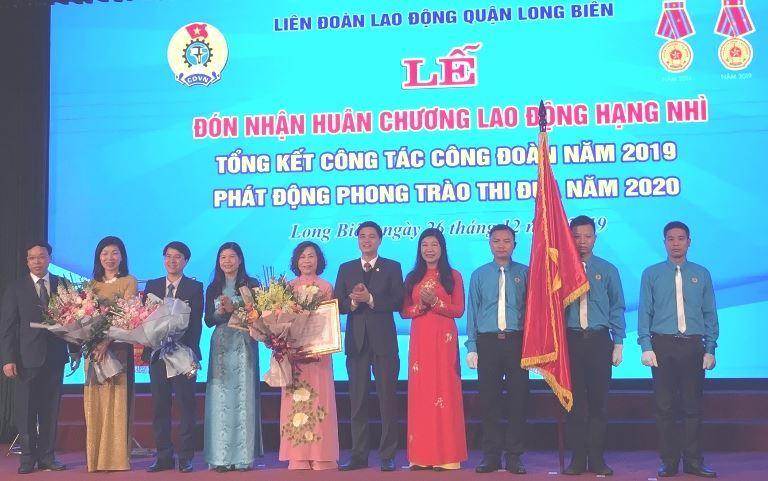 Chủ tịch Ủy ban MTTQ Việt Nam TP Nguyễn Lan Hương trao Huân chương độc lập hạng Nhì cho Liên đoàn Lao động quận Long Biên