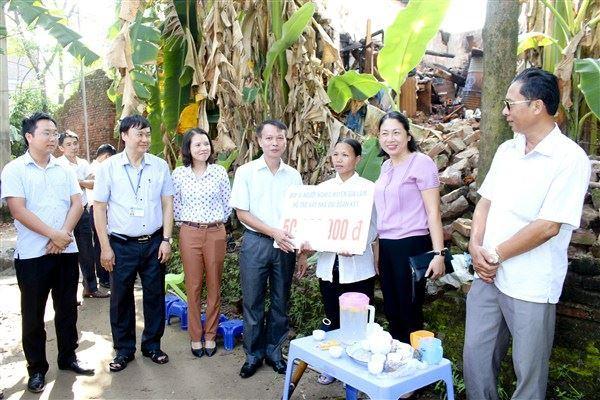 Gia Lâm trao hỗ trợ xây nhà đại đoàn kết và hỗ trợ đột xuất cho hộ nghèo gặp rủi ro