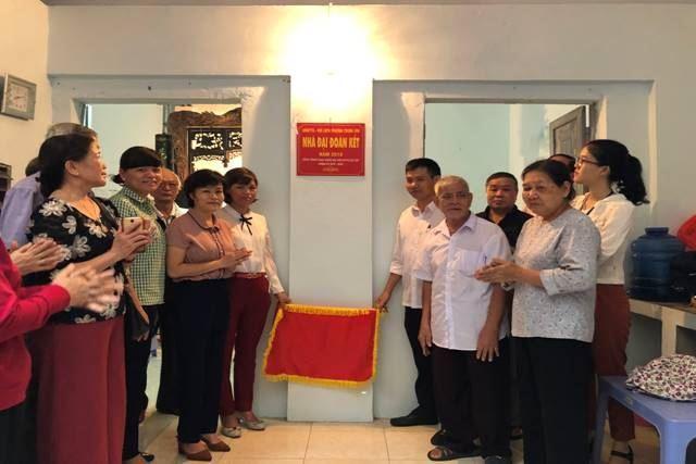 Quận Nam Từ Liêm tổ chức bàn giao nhà Đại đoàn kết cho hộ nghèo chào mừng kỷ niệm 88 năm ngày truyền thống MTTQ Việt Nam (18/11/1930-18/11/2018)