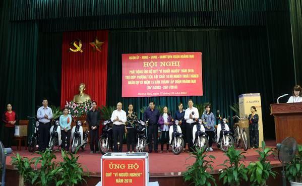 """Quận Hoàng Mai phát động ủng hộ quỹ """"Vì người nghèo"""" năm 2018 và trợ giúp hộ nghèo về phương tiện để phát triển kinh tế"""