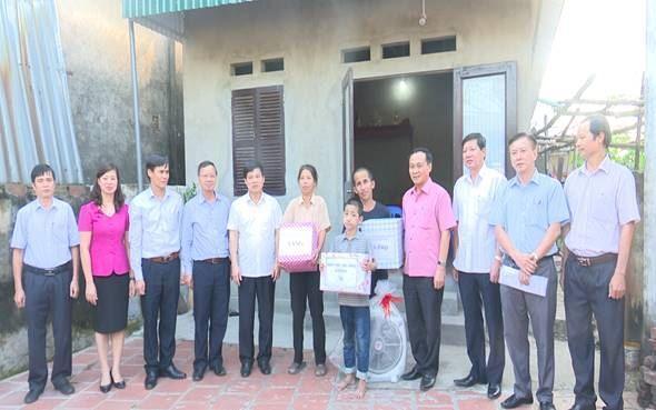 Đồng chí Phó Chủ tịch UBND TP Ngô Văn Quý đi thăm và tặng quà cho hộ nghèo tại xã Việt Hùng huyện Đông Anh