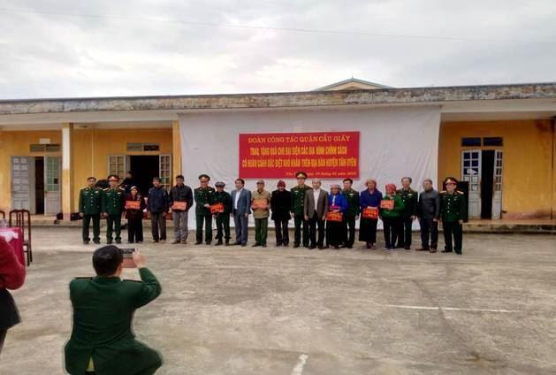 """Ủy ban MTTQ Việt Nam các cấp quận Cầu Giấy trích quỹ """"Vì người nghèo"""" tặng bò cho các hộ nghèo, có hoàn cảnh đặc biệt khó khăn"""