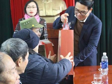 Huyện Mê Linh phối hợp tặng quà các gia đình chính sách, hộ nghèo nhân dịp Tết Nguyên đán Kỷ Hợi 2019.