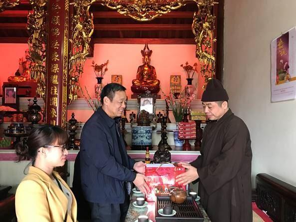 Ủy ban MTTQ Việt Nam quận Hoàng Mai thăm hỏi, tặng quà  Ban Trị sự Phật giáo quận