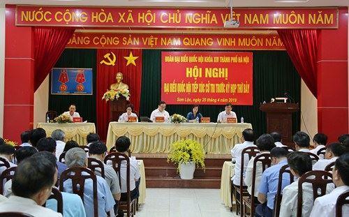 Đoàn Đại biểu Quốc hội thành phố Hà Nội tiếp xúc cử tri thị xã Sơn Tây trước kỳ họp thứ 7.