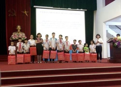 Huyện Thanh Trì phát động tháng hành động vì trẻ em và trao quà cho trẻ em có hoàn cảnh khó khăn