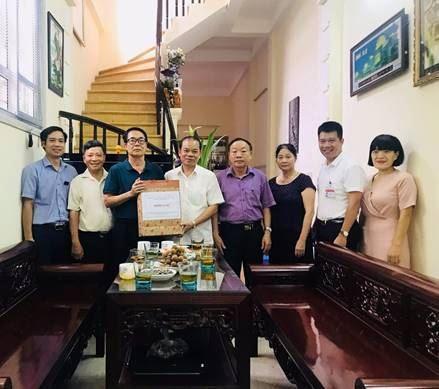 Ủy ban MTTQ Việt Nam quận Thanh Xuân thăm và tặng quà gia đình chính sách nhân dịp 27/7/2019