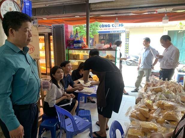 Ủy ban MTTQ Việt Nam quận Thanh Xuân thực hiện giám sát việc chấp hành pháp luật về an toàn thực phẩm.