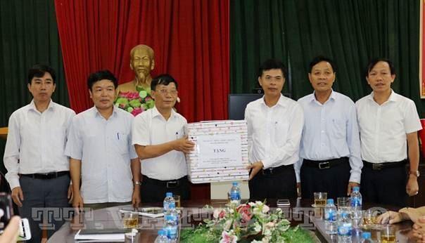 Đoàn lãnh đạo huyện Quốc Oai thăm, tặng quà cơ sở cách mạng và người có công tiêu biểu