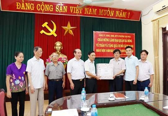 Lãnh đạo quận Hà Đông thăm, tặng quà cơ sở cách mạng phường Vạn Phúc nhân kỷ niệm 74 năm Quốc khánh nước CHXHCN Việt Nam