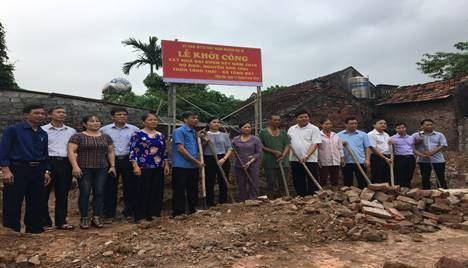 """Ủy ban MTTQ Việt Nam huyện Ba Vì trao tiền hỗ trợ xây nhà Đại đoàn kết và quà cho hộ nghèo"""" tại xã Tòng Bạt"""