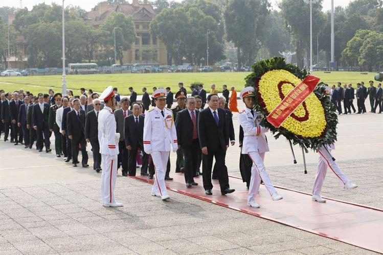 Đoàn đại biểu dự Đại hội MTTQ Việt Nam lần thứ IX vào Lăng viếng Chủ tịch Hồ Chí Minh