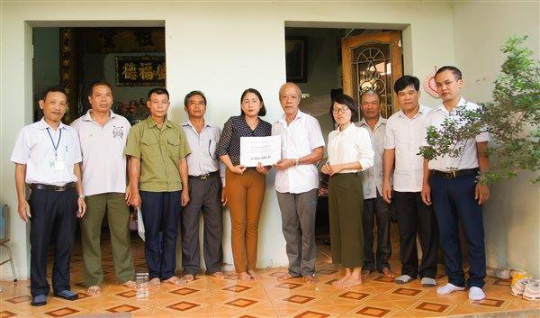 Ủy ban MTTQ Việt Nam huyện Gia Lâm bàn giao nhà và trao kinh phí khám chữa bệnh hiểm nghèo